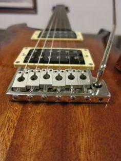 トレモロの動きはとてもスムーズです。アームバーは指すだけの、FenderのAmerican Delauxeシリーズと同じようなつくりです。
