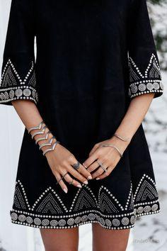 Robe noir et argent. - Black dress and silver. Arab Fashion, Boho Fashion, Fashion Dresses, Womens Fashion, Fashion Trends, Workwear Fashion, Fashion Blogs, Style Blog, My Style
