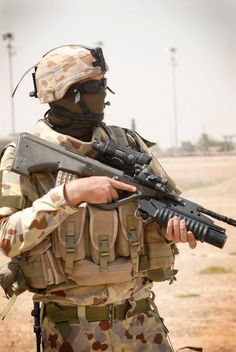Australian soldier in Iraq with his Steyr AUG bullpup assault rifle. Military Post, Military Police, Australian Special Forces, Survival Rifle, Army Gears, Australian Defence Force, Steyr, Military Pictures, Special Ops