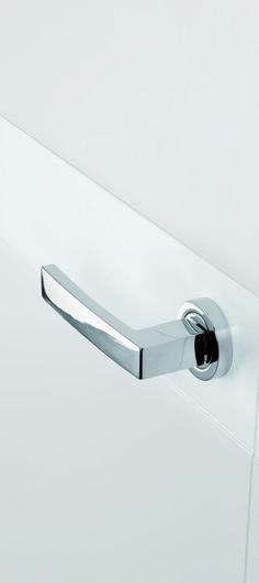 33ee13ee7740 Juego manillas para puerta interior modelo Angolo en acabado Cromo Brillo  sobre puerta de dormitorio en