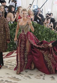 Met Gala 2018 Red Carpet: All the Celebrity Dresses and Fashion Blake Lively in Atelier Versace, Christian Louboutin shoes, and Lorraine Schwartz jewelry with a Judith Leiber Couture bag Atelier Versace, Haute Couture Style, Gala Dresses, Red Carpet Dresses, Gala Gowns, Celebrity Dresses, Celebrity Style, Beautiful Dresses, Nice Dresses