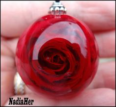 véritable rose rouge, inclusion dans la résine. Resin Crafts, Resin Art, Resin Jewelry, Jewlery, Resin Tutorial, Crystal Resin, Red And Teal, Jewelry Making Tutorials, Jewelry Ideas