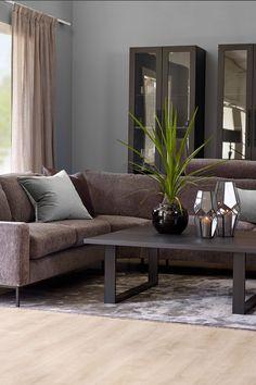 Denne nydelig stuen er malt i Serengeti Afternoon FR1142, en mørk grå farge som gir assosiasjoner til den dunkle kveldstimen. Fargen passer godt til andre støvete nyanser. Fargen harmonere fint med burgunder, sort og skinn. Fargerike gir deg inspirasjon til farger til stue… Ikea, Couch, Living Room, Furniture, Home Decor, Rome, Settee, Decoration Home, Ikea Co