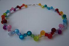 Herzlich Willkommen!    Diese wunderschöne Halskette ist eine Komposition aus bunten Swarovski- und Polaris Perlen.   Als Bindeglied an den gekreuzten