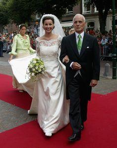 Anita van Eijk didampingi ayahandanya saat akan menikahi Pangeran Pieter dari Belanda