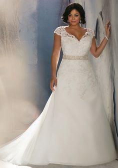 Prachtige elegante bruidsjurk als je een maatje meer hebt. Je kunt deze jurk bij mij laten maken en ik maak eerst vrijblijvend een proefmodel voor je. Maak gerust vrijblijvend een afspraak, zodat ik alle tijd voor je kan nemen.