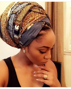 In the headwraps became a central accessory of Black Power& rebellio. Style Turban, Afro Style, Bandana Hairstyles, African Hairstyles, Black Power, Hair Day, My Hair, Mode Turban, Hair Wrap Scarf