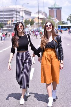 Claudia Peris is wearing Bershka culottes, Zara crop top, Topshop white sneakers, Top Queens bag, and Wolfnoir sunglasses. Lucía Peris is wearing Zara blouse and midi skirt, Coach black crossbody bag, Topshop sunglasses, personalised white Adidas sneakers, and Aristocrazy watch (midilema.com)