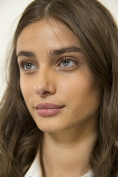 At Versus, Tom Pecheux created a modern, natural look, with glowing, dewy skin. Beauty Makeup, Hair Makeup, Hair Beauty, Girl Face, Woman Face, Eyebrows, Wavy Wedding Hair, Taylor Marie Hill, Show Beauty