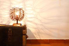 Lámpara de mesa en hierro envejecido ( 23 x 25 x 20  cm ) #Arte, #lampara, #metal, #muebles #diseño #artesano. #Art, #lamp, #furniture #craftsman #design