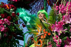 #CarnavaldeNice last corso and Bataille de Fleurs. At night, Carnaval King of Sports will be burned at sea. $