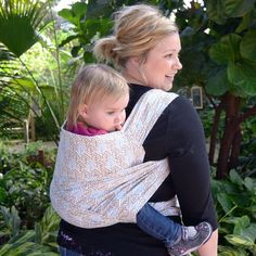 been saying I want to make a toddler carrier. this might just work. How to make a DIY baby carrier from a tableclothI've been saying I want to make a toddler carrier. this might just work. How to make a DIY baby carrier from a tablecloth Baby Sewing Projects, Sewing For Kids, Sewing Ideas, Baby Carrying, Do It Yourself Inspiration, Diy Bebe, Diy Couture, Baby Kind, Baby Baby