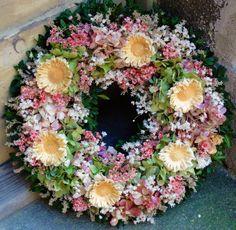 Věnec+parádní+Věnec+ze+sušených+květin.Vhodný+na+dveře,zeď+komodu+apod.Krásná+trvanlivá+dekorace.+Vhodná+i+jako+netradiční+dárek.+Velikost+35cm.