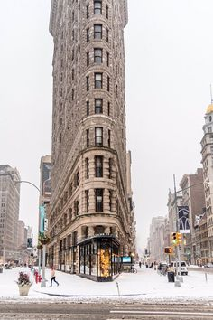 First snow fall in New York in 2017 at The Flatiron by Javan Ng newyork newyorkcity newyorkcityfeelings nyc brooklyn queens the bronx staten island manhattan Rockefeller Center, Empire State Of Mind, Empire State Building, New York Winter, The Places Youll Go, Places To See, New York Weihnachten, New York City, Photo New York