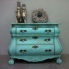Summer Inside staat voor oude meubels in een nieuw jasje. Meubels met een verleden en vaak een verhaal, ontdaan van hun oude lak- of waslagen en daarna bewerkt met krijtverf.