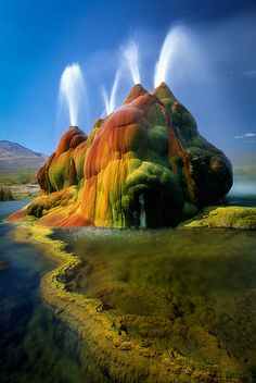 Fly Geyser is one of the most beautiful sights in Nevada. Adjacent to the Black Rock Desert playa, in neighboring Hualapai Valley, Fly Geyser is on private property. All Nature, Amazing Nature, Fly Geyser Nevada, Places To Travel, Places To See, Beautiful World, Beautiful Places, Amazing Places, Amazing Photography