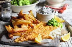 Think you can't have a nice portion of fish and chips on a diet? This Slimming World fish and chips recipe means you can astuce recette minceur girl world world recipes world snacks Slimming World Diet, Slimming World Recipes, Slimming Eats, Mushy Peas, Homemade Chips, Cooking Recipes, Healthy Recipes, Cooking Time, Ww Recipes