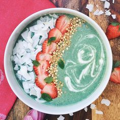 How do you get through hump day? I'm nourishing myself with a beautiful mermaid spirulina 💚 For smoothie base ➡️ mix 1 large frozen banana, cup almond milk, cup raw cashews, tsp spirulina powder, tsp mint extract in a blender. Smoothie Bowl, Smoothie Breakfast, Mint Smoothie, Breakfast Bowls, Breakfast Recipes, Breakfast Options, Healthy Bowl, Healthy Smoothies, Smoothie Recipes