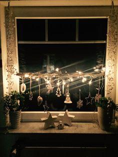 Fensterdekoration im Winter – Diy Fall Decor - Weihnachten Porch Ceiling Lights, Outdoor Porch Lights, Porch Lighting, Decoration Branches, Decoration Bedroom, Porch Light Timer, Christmas Window Decorations, Holiday Decor, Winter Decorations
