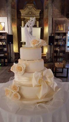 Svadobná torta / Wedding cake Crassula Ovata, Cupcake Shops, Heart Melting, Cake Cookies, Cake Decorating, Wedding Cakes, Bakery, Treats, Wedding Dresses