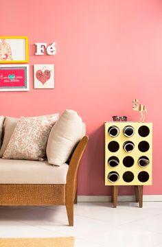 Rosa nas paredes  Mais cor, por favor! Se você AMA uma decoração divertida, opte por tons alegres e vivos. Ah, e não esqueça de combinar com móveis tão coloridos quanto – assim como o amarelo -, transformando seu ambiente numa paleta de cores acolhedora e muito aconchegante!