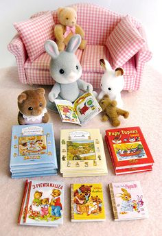 Miniature books made from bear and bunny themed children's books. Family Crafts, Kids Crafts, Kawaii, Sylvania Families, Calico Critters Families, Printing And Binding, Cute Toys, Miniature Dolls, Dollhouse Miniatures