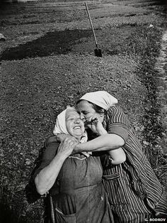 20 touching photos that prove hugs are all we need Hugs, Old Friends, Best Friends, Grandma Friends, Fotografia Social, Vivian Maier, People Of The World, Happy People, Friends Forever