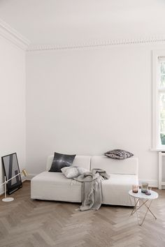"""Black furniture, white walls and the motto """"Breakfast at Tiffany's"""" - Home Design Ideas Black Furniture, Home Furniture, Living Room Inspiration, Interior Inspiration, Black And White Interior, Apartment Living, Clean Apartment, White Walls, White Wood"""