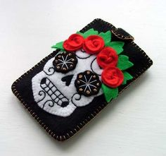 Mexican Day of the Dead Sugar Skull Cozy. Felt hand stitched Sugar Skull design suitable for iPod or mobile phone. Sugar Skull Design, Skull Tattoo Design, Felt Diy, Felt Crafts, Felt Phone Cases, Ipod Cases, Sugar Skull Tattoos, Sugar Skulls, Sugar Tattoo