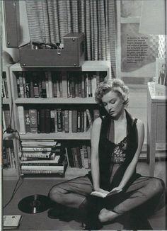 Marilyn Monroe posing in her Hollywood apartment by Philippe Halsman 1952 Estilo Marilyn Monroe, Marilyn Monroe Fotos, Vintage Hollywood, Hollywood Glamour, Classic Hollywood, Vintage Glam, Marlene Dietrich, Brigitte Bardot, Celebrities Reading