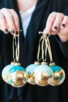 Looking for some inexpensive DIY ornaments for your Christmas tree? Take a peek at my favorite list of easy DIY Christmas tree ornaments and be inspired! Diy Christmas Garland, Christmas Ornament Crafts, Christmas Decorations, Felt Christmas, Gold Decorations, Xmas, Snowman Ornaments, Gold Diy, Clear Glass Ornaments