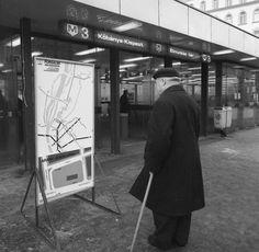 Podmaniczky Frigyes tér, a metró Arany János utcai állomásának lejárócsarnoka, az új szakasz megnyításakor.