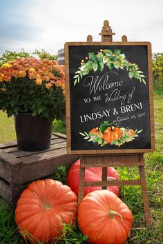 Fall has perhaps the biggest combination for your wedding flowers! See our gallery of fall wedding bouquets for more motivation! Fall Wedding Centerpieces, Fall Wedding Bouquets, Fall Wedding Flowers, Diy Wedding Decorations, Autumn Wedding, Chic Wedding, Wedding Favors, Fall Pumpkin Wedding, Quinceanera Centerpieces