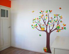Babykamer boom in neutrale kleuren. Geel, oranje, groen, grijs en bruin zijn zowel geschikt voor een jongens als meisjes babykamer, volledig uniseks. Gemaakt in muursticker stijl door BIM Muurschildering.