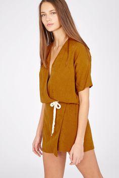 Robe ceinturée marron Les Petites... à manches courtes au style décontracté. Buste cache-cœur, se resserrant à la taille grâce à une ceinture en…