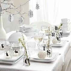 Lovely ideas to decorate a easter table/ paastafel-zwart-wit Easter Table Settings, Easter Table Decorations, Table Centerpieces, Happy Easter, Easter Bunny, Easter Eggs, Easter Celebration, Easter Holidays, Easter Party