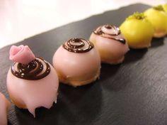 La ricetta di piccoli dolcetti alle mandorle e amaretti: buonissimi e coloratissimi pasticcini mignon firmati Luca Montersino, da realizzare direttamente a casa.