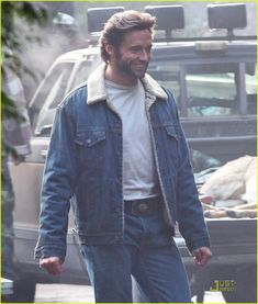Hugh behind the scenes filming 'X-Men Origins: Wolverine' (photo credit to Just Jared) Hugh Jackman, Hugh Michael Jackman, Wolverine Movie, Logan Wolverine, Laura Movie, Avengers Cast, Marvel Avengers, Marvel Comics, Film Genres