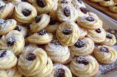 Hned po upečení jsou křehké a křupavé, další dny pak jemné a vláčné. Údajně vydrží i několik dnů, ale to se nám nikdy nepovedlo vyzkoušet, protože se hned snědí :) jsou vynikající. Baking Recipes, Cookie Recipes, Cherry On The Cake, Salted Caramel Cheesecake, Toffee Pudding, Sweet Cooking, Czech Recipes, Just Eat It, Hungarian Recipes