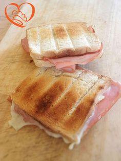 Toast con mortadella http://www.cuocaperpassione.it/ricetta/15271f4c-9f72-6375-b10c-ff0000780917/Toast_con_mortadella