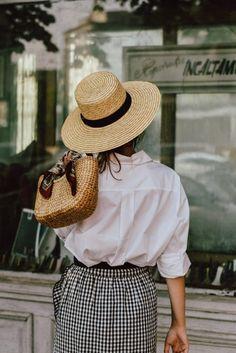 Cuadro vichy, sombrero y bolso de rafia