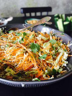 1 helt spidskål 2 store gulerødder saft af 1 appelsin 2 spsk olivenolie 1 drys spidskommen 1 god håndfuld korianderblade 1-2 spsk blå birkes