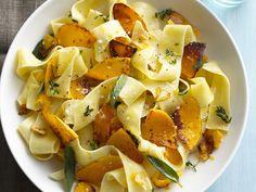 Pasta mit Kürbis-Salbei-Sauce - smarter - Kalorien: 382 Kcal - Zeit: 30 Min. | eatsmarter.de