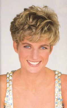 Diana, Princess of Wales, was the first wife of Charles, Prince of Wales, whom she married on 29 July and member of the British Royal Family. Princess Diana Fashion, Princess Diana Family, Royal Princess, Princess Of Wales, Princess Diana Hairstyles, Lady Diana Spencer, Princesa Charlene, Mario Testino, British Royals