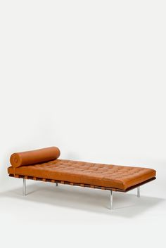 Mies Van der Rohe Barcelona Daybed Knoll (Furniture Designs Chair) This color beautiful. Bauhaus Furniture, Furniture Plans, Home Furniture, Furniture Design, Ludwig Mies Van Der Rohe, Dashboard Design, Home Design, Barcelona Daybed, Mallet Stevens