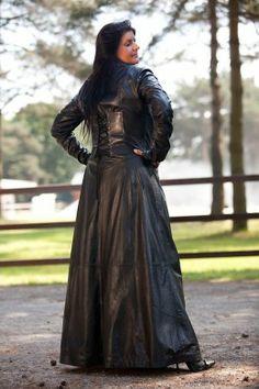Black coat in leather long slut