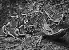 Обычно женщины в деревне Зое используют красный плод орлеанового дерева (Bixa orellana), чтобы окрасить свои тела. Штат Пара, Бразилия. 2009. Фотография Себастио Сальгадо / Amazonas images