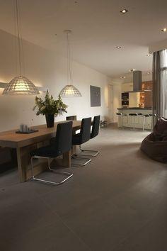 Tegelvloer betonlook antraciet 100 x 100 cm woonkamer keuken totaal project tegelvloer - Eetkamer tegel ...
