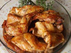 Il coniglio arrosto tradizionale si prepara farcendo il coniglio con strutto, aglio ed erbe aromatiche, si cuocerà poi in forno fino a completa cottu...