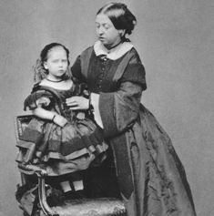 Queen Victoria with her youngest child Princess Beatrice. The queen had 9 children. Queen Victoria Children, Queen Victoria Family, Queen Victoria Prince Albert, Victoria And Albert, Reine Victoria, Victoria Reign, Casa Real, Queen Victoria Birthday, Impératrice Sissi